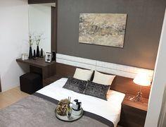 B350 コンパクトな機能性 ベッドヘッドにドレッサーとサイドテーブルを配してベッド周りを機能的に。