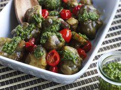 Rustikk og kjempegod liten smårett eller tilbehør til middag; jordskokk som bakes i ovn sammen med pesto og tomater.