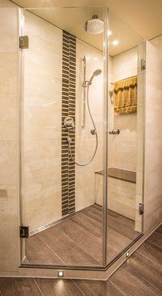 Dusche mit Regenduschkopf, Sitzmöglichkeit und Boden in Holzoptik  www.mini-bagno-mainz.de