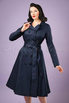 Deze40s Korrina Swing Trench Coat is één van de meest elegante vintage stijl trench coats die je ooit hebt gezien!  Hoe vaak gebeurt het niet: je bent helemaal in stijl gekleed, maar je hebt geen bijpassende jas... Daar heeft Collectif het antwoord op met deze prachtige vintage stijl swing trench coat! Mooie klassieke details zoals de dubbele knopenrij en kraag die je helemaal hoog kunt sluiten of als een elegante revers kunt dragen, maken haar de perfecte lente jas. De strikriem in je…