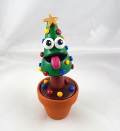 Ce sapin de Noël fou-fou décorera avec fantaisie et bonne humeur votre bureau ou votre table de salon pendant tout l'hiver !