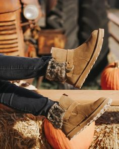 Put your shoes in the air and wave them like you just don't care 💫👢 Shop Koko: www.bearpaw.com #LiveLifeComfortably #BearpawStyle 📸 @deni.rmartinez