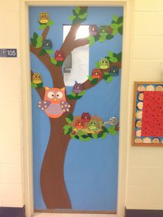 A beautiful OWL THEMED classroom door. Leaves are made from various shades of green felt. Gorgeous door of a great colleague! Preschool Door, Preschool Classroom, Preschool Activities, Owl Classroom Door, Classroom Design, Class Decoration, School Decorations, Classroom Displays, Classroom Themes