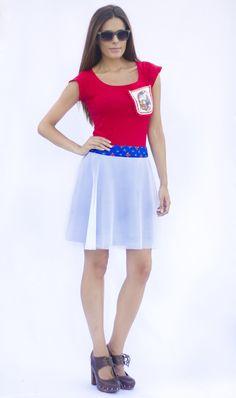 Una falda cortada a media capa, con tul red blanco y un crep azulón debajo. Muy ligera, la cinturilla de algodón estampado. *PARA BENEFICIARTE DE ESTA PROMOCIÓN NO OLVIDES RELLENAR EN LA CASILLA DISCOUNT LA SIGUIENTE CLAVE: EL40