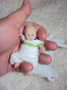 """Todos os meus bebês <br>são One Of A Kind, únicos e <br>não reproduzidos com moldes. <br> <br>Bonecas&Bebês Artesanais Ooak Polymerclay Dolls <br>Data de Nascimento 29/12/2015 <br> <br>Este bebezinho é uma criação única feito <br>inteiramente a mão sem uso de moldes com <br>prosculpt baby. <br>Baby boy Alfred tem 9 centímetros, foi pintada com tinta reborn, <br>cabelos aplicados a mão fico a fio e fica em diferentes posições pois <br>seu corpo é de tecido cheio com fibras e """"glass beads""""…"""