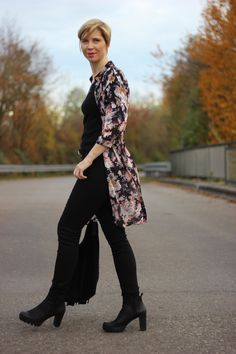 black all over with a hint of colour... skinny jeans and long blouse