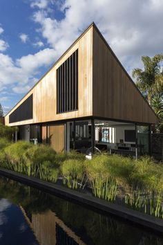 Family Residence Flanked by Gardens in New Zealand S House by Glamuzina Paterson Architects.S House by Glamuzina Paterson Architects. Villa Design, House Design, Garden Design, Architecture Résidentielle, Beautiful Architecture, Style At Home, Conception Villa, Suburban House, Built In Furniture
