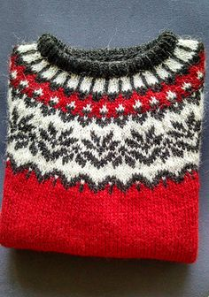 Ravelry: Project Gallery for Afmæli - anniversary sweater pattern by… Fair Isle Knitting Patterns, Knitting Designs, Knit Patterns, Knitting Projects, Sweater Patterns, Icelandic Sweaters, Free Knitting, Knit Crochet, Anniversary Boyfriend