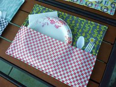 Quality Sewing Tutorials: Patio Place Mat tutorial from Fabric Mutt - Love this idea! Fabric Crafts, Sewing Crafts, Sewing Projects, Scrap Fabric, Summer Quilts, Ideas Geniales, Patio Table, How To Make Notes, Mug Rugs