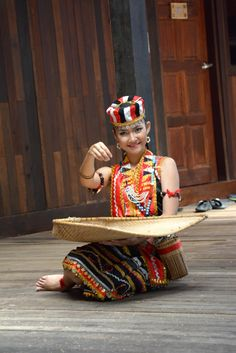 sarawak malaysia Vietnam, Native Girls, Smiling Faces, Cultural Diversity, People Of The World, Borneo, Smile Face, Traditional Dresses, Sorting