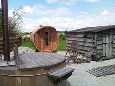 Een hout gestookte hottub in combinatie met een barrel sauna. www.saunabarrel.be