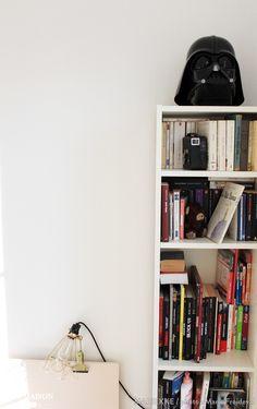 Une petite bibliothèque verticale dans le salon pour vos livres.