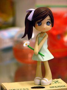 Figurín de niña con florecita en arcilla polimérica / polymer clay
