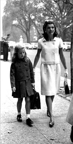 Nadire Atas on Jacqueline Kennedy Onassis Camelot Jackie walking with Caroline, 1965 Caroline Kennedy, Jacqueline Kennedy Onassis, Jackie Kennedy Style, Les Kennedy, Jaqueline Kennedy, John Kennedy, Jackie Oh, Die Kennedys, Looks Vintage