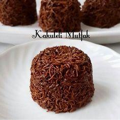 Bu yılın en pratik, en çıtır tatlısı Çikolatalı gofret lezzetindeki bu tarifi mutlaka deneyin. Aile bütçesini hiç yormuyor aynı zamanda ÇİKOLATALI KADAYIF TOPLARI Malzemeler 14-16 adet ■200 gr tel kadayıf ■1 paket sütlü çikolata 80 gr ■1 paket bitter çikolata 80 gr ■İsterseniz 1 çay bardağı iri kıyım fındık, fıstık, badem vs kullanabilirsiniz. ( Ben kullanmadım) Yapılışı ■Kadayıfı elinizle ufaltın.Yapışmaz bir tavada sürekli karıştırarak, altın sarısı renk alana kadar kavurun.Kadayıfın…