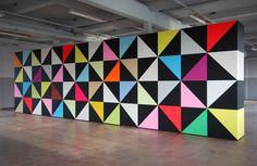 """Jan van der Ploeg, WONDERWALL"""", WALL PAINTING No. 326, Untitled, 2011, 300 x 1050 x 75 cm, acrylverf op MDF. Deze dynamische wand bestaat uit 56 kubussen en meet 300 x 1050 x 75 cm. De wand kent verschillende verschijningsvormen en kan door de kunstenaar in de toekomst steeds weer in een andere vorm worden toegepast.  Een dergelijk architectonisch concept is nieuw in Van der Ploeg's oeuvre en biedt de bijzondere mogelijkheid om een 'wandschildering' keer op keer te transformeren."""