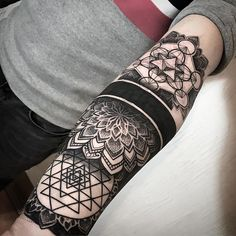Geometric inspiration Inkstinct - cover up two days and a manga sta . - Geometric inspiration Inkstinct – cover up two days and start a manga. Geometric Dotwork Tattoo, Geometric Pattern Tattoo, Geometric Tattoos Men, Sacred Geometry Tattoo, Pattern Tattoos, Abstract Pattern, Maori Tattoos, Maori Tattoo Designs, Forearm Tattoos