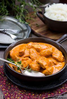 Dzisiaj chciałabym Wam zaproponować przepysznego, aromatycznego kurczaka na styl indyjski.   Podstawą jest przyprawa garam masala, ale bez problemu kupicie ją w każdym sklepie z żywnością orientalną. Jeśli