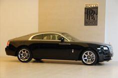 De meest krachtige en technologisch geavanceerde Rolls-Royce in de geschiedenis. Wraith is een auto voor nieuwsgierige mensen, voor mensen met zelfvertrouwen en durf. Met een vermogen, stijl en drama om de wereld stil te laten staan. Het