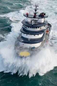 Le remorqueur Abeille Bourbon en opération © Marine nationale