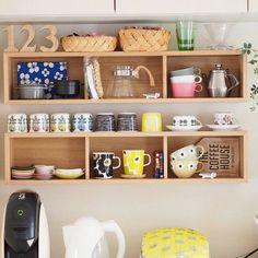 """可愛いマグや雑貨をいつも眺めていたいという方は見せる収納にするといいですね。そんな時は無印良品の""""壁に付けられる家具""""がおすすめです。壁面さえあいていれば設置できるので、収納スペースがなくても安心。 写真は、壁に付けられる家具の箱を上下に2つ並べて設置してます。棚の上にも置けるので、収納スペースが倍増!たくさんのマグやカップを収納できます。眺めているだけで幸せな気分になる収納ですね。"""