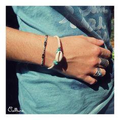 Bracelet de coton tressé beige avec armature de métal, perles turquoises et argentées et coquillage avec fermoir - 3,50 € https://www.alittlemarket.com/bracelet/bracelet_coton_tresse_beige_armature_metal_perles_turquoises_argentees_coquillage_avec_fermoir-19010321.html ▸▹ Caractéristiques ◃◂ Réalisé à la main Longueur du bracelet : 19,3 cm Diamètre du bracelet : 5,2 cm  /!\ Veillez à vérifier que la taille du bracelet vous convient !