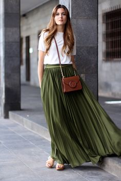 Awesome 39 Stylish Women Summer Outfits Ideas For Vacations With Maxi Skirts Maxi Skirt Outfit Summer, Cute Maxi Dress, Maxi Skirt Outfits, Modest Outfits, Dress Skirt, Maxi Skirts, Summer Skirts, Pleated Skirt, Long Green Skirt