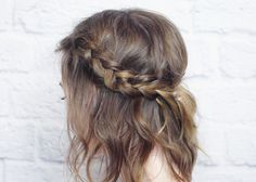 There's no better hairstyle than a quick hairstyle... am I right? One that literally takes 5 minutes to pull off is a keeper in my books. Since chopping my mop above shoulder length, I've been experimenting with different styles, like this messy braided crown that looks cute with carefree waves. Her