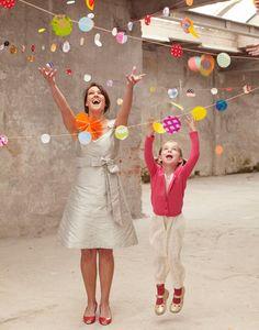 Haz una guirnalda festiva y única con círculos de papel, ¡de cualquier tipo! / Make a garland from paper circles - to make it more interesting, use a variety of papers!
