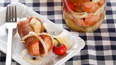 Receptů na utopence je nepřeberně, ale tenhle se nám už několikrát osvědčil – jsou příjemně pikantní, nálev je tak akorát kyselý a mezi přáteli se po nich zaručeně zapráší! Muesli, Korn, Kimchi, Food Storage, Baked Potato, Shrimp, Sausage, Food And Drink, Pizza