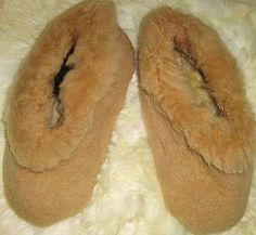 Light brown slippers made of peruvian lambskin