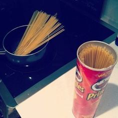 A great idea: store spaghetti in an old Pringles can...or you could, IDK, leave it in the box? LOL