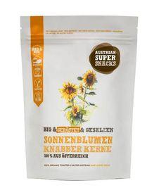 Sonne für unterwegs  Auch der Sonnenblumenkern Knabbersnack wird über dem Holz befeuerten Ofen geröstet und mit einer Prise Salz verfeinert. Alte traditionelle Inhalte treffen auf moderne Verpackung. Wie auch bei allen anderen Produkten der Schalk-Mühle Bio Linie stammen die Sonnenblumenkerne zu 100% aus Österreich. Ein gesunder Knabberspass der nach mehr schmeckt! Vor dem Essen, nach dem Essen oder zwischendrinnen. Der Sonnenblumenkern Snack passt jederzeit. Drinks, Food, Sunflower Seeds, Reunions, Salt, Line, Packaging, Drinking, Beverages