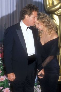 21 Throwback Pictures of Hollywood Couples on the Oscars Red Carpet Hollywood Couples, Celebrity Couples, Hollywood Stars, Old Hollywood, Corpus Christi, Santa Monica, Cute Celebrities, Celebs, Ryan O'neal