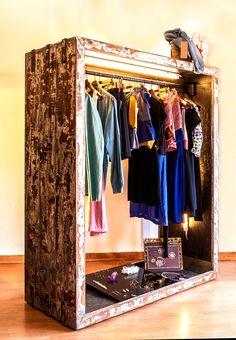 Burro de madera hecho a medida con iluminación led (superior y lateral) y acabado envejecido. Ideal para una tienda o un vestidor original.