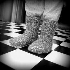 Voici les chaussons (taille adulte) en tricot ! Ils sont rapides à réaliser et très utiles pour avoir bien chaud aux pieds en hiver ! ...