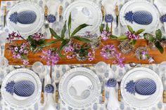 Para destacar a cor e a textura da mesa de madeira e compor com a louça, optamos por jogos americanos estampados da Coleção Brasiliana, desenvolvidapelos designersAttilioBaschera e Gregório Kramer com exclusividade para a Theodora Home. As peças são feitas de forma artesanal e têm acabamentoimpecável.
