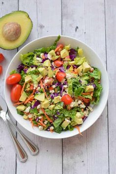 This meal prep Healthy Chopped Salad will make you look forward to a healthy lunch. It's full of carrots, cabbage, tomatoes, and avocado. Healthy Meal Prep, Healthy Salad Recipes, Quick Recipes, Healthy Foods To Eat, Cooking Recipes, Eating Healthy, Free Recipes, Organic Recipes, Ethnic Recipes