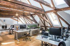 Cinque ambienti di lavoro in mansarda, efficienti e confortevoli