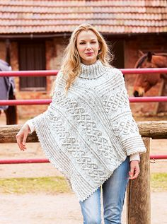 Poncho rustique en laine Woll Butt Vroni - boutique en ligne buttinette buttinette - loisirs créatifs Poncho Knitting Patterns, Knitted Poncho, Knitting Yarn, Stylish Dress Designs, Stylish Dresses, Stylish Outfits, Crochet Sloth, Knit Crochet, Denim Trends