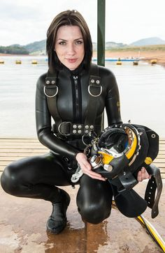 Female scuba divers in action! Underwater combat, scuba fights, drowning scenes and much more! Women's Diving, Scuba Diving Gear, Diving Suit, Scuba Wetsuit, Diving Wetsuits, Scuba Diver Costume, Scuba Diving Pictures, Mode Latex, Rubber Dress