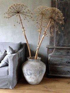 Dried allium heads in a rustic pot make a perfect and unusual flower arrangement! Wabi Sabi, Deco Nature, Interior And Exterior, Interior Design, Deco Floral, Rustic Interiors, Modern Rustic, Rustic Chic, Cool Ideas