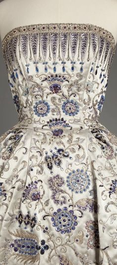 Christian Dior, Palmyre evening gown, Fall 1952 © Photograph rights reserved / Mairie de Paris Dior Vintage, Vintage Mode, Vintage Gowns, Vintage Couture, Vintage Outfits, Vintage Clothing, Look Fashion, Fashion Details, Fashion Design