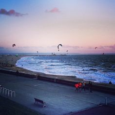 Jogging pour certains, Kite-Surf pour d'autres ! Station Balnéaire, Paris, Kite, Jogging, Surfing, Management, Instagram, The Beach, Walking