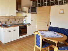 80 m² große Ferienwohnung, die Wohnküche Kitchen Cabinets, Home Decor, Cosy Room, Seating Areas, Decoration Home, Room Decor, Cabinets, Home Interior Design, Dressers