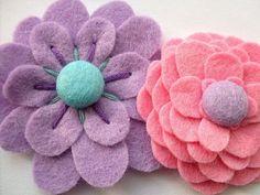 Filzblumen selber machen- Eine Filzblume hat eine praktische Anwendung, z.B. als Deko-Element einer Haarspange, eines Haargummis,eines Haar- oder Armbandes