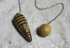 Pendule en bois de buis 35mm environ, chaînette en acier et perle en buis. Finition cire d'abeille biologique. Chaînette de 20cm. Tous mes bois proviennent de forêts locales  - 11373429
