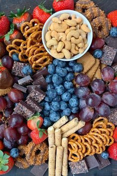 Charcuterie Recipes, Charcuterie Platter, Charcuterie And Cheese Board, Snack Platter, Party Food Platters, Cute Food, Yummy Food, Salty Snacks, Picnic Foods