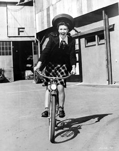 Ginger Rogers riding her bicycle to get around the lot during the filming of The Major and the Minor Ginger Rogers, Julie Andrews, Stana Katic, Classic Hollywood, Old Hollywood, Hollywood Pictures, Hollywood Girls, Hollywood Actresses, Motorcycle Girls