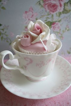 Flower Cupcake - What if each table setting had a pretty, flowery cupcake in the teacup? They could take the cupcake out and go get whichever tea they want. The only problem would be finding cupcakes that would go with all of my mismatched teacups. Pretty Cupcakes, Beautiful Cupcakes, Yummy Cupcakes, Deco Cupcake, Cupcake Cookies, Rose Cupcake, Cupcake Fondant, Flower Cupcakes, Pink Cupcakes